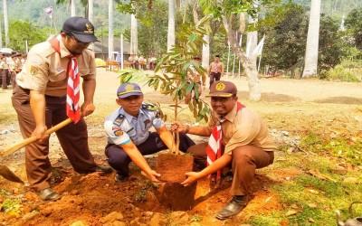 Penanaman Pohon Durian Oleh Pramuka SMA 1 Pegandon Bersama Lapas Pemuda Plantungan
